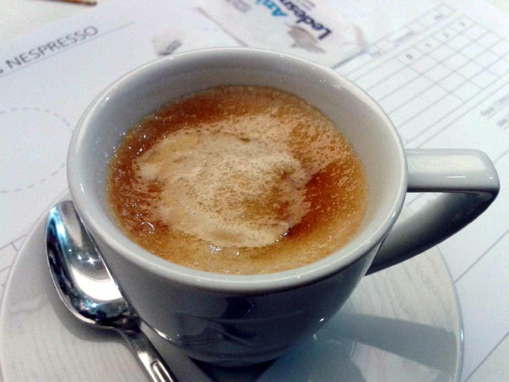 Café expreso con azúcar.