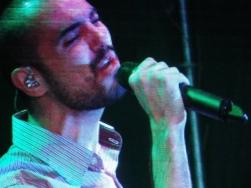 Abel Pintos sobre el escenario.