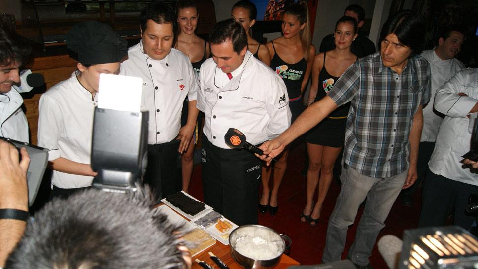 El intendente de Córdoba, Ramón Mestre, cocinó en Mercado Central.