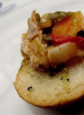 Escabeche de cabrito en tostadita saborizada (Natalia Torres Fotografía)